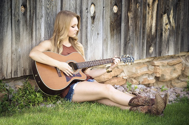 kytaristka u plotu