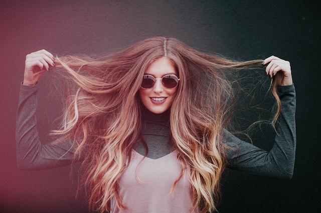 žena s rozevlátými vlasy