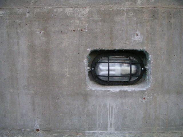 světlo v betonové zdi.jpg