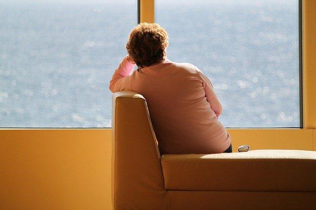 paní sedící na nepohodlné sedačce